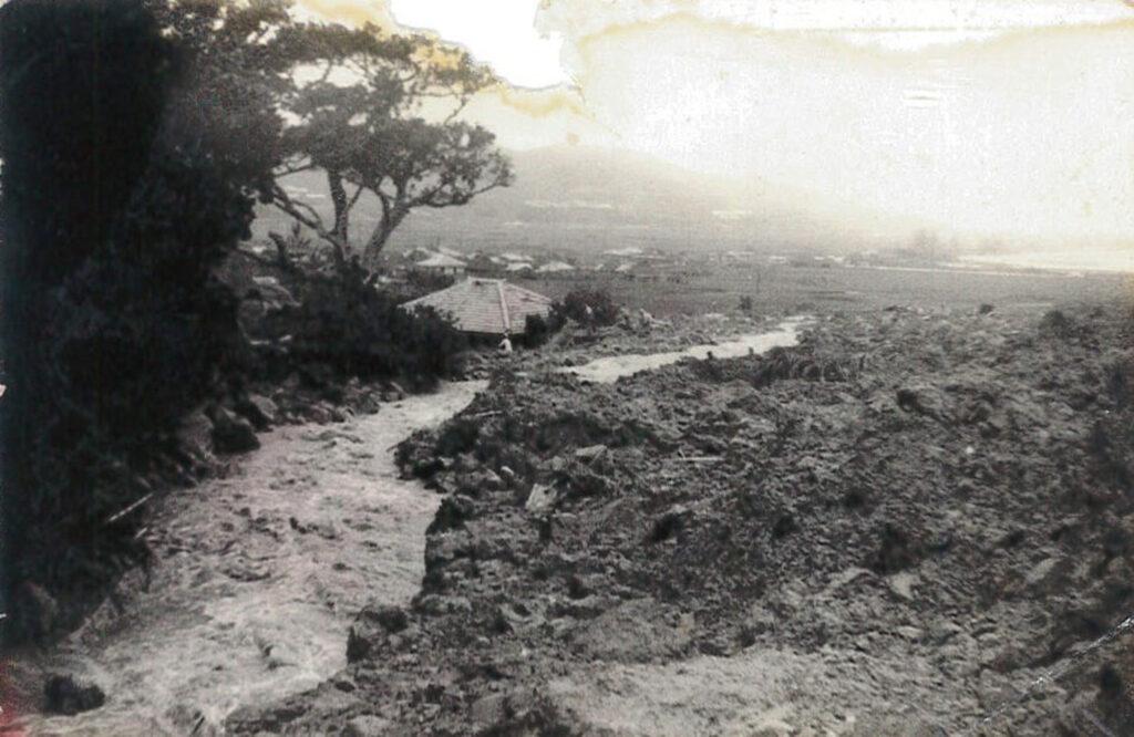 『綱引きをすると山が崩れる』。1959年、言い伝え通りに台風被害で崖崩れが起きた新里 / 南城市 旧佐敷町新里 おきなわアーカイブ