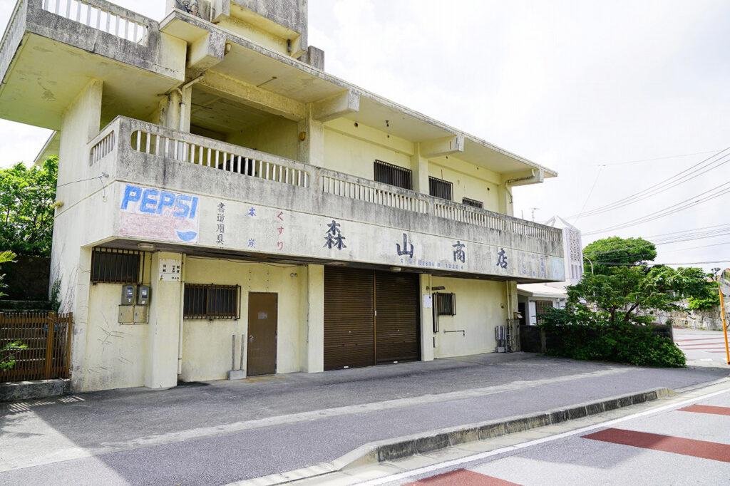 地域の中心だった百名小学校前で行われた1987年当時のカジマヤー/ 南城市 旧玉城村百名(その2)
