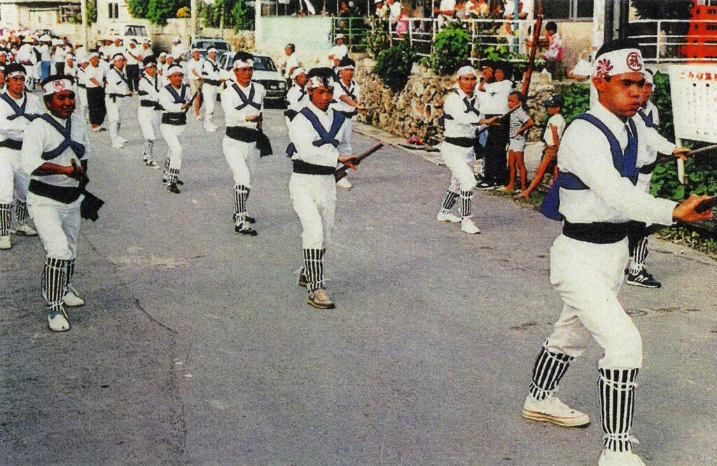 地域の中心だった百名小学校前で行われた1987年当時のカジマヤー/ 南城市 旧玉城村百名(その2) おきなわアーカイブ